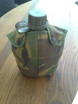 Veldfles met camouflage hoes gebruikt uit het leger