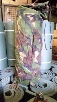 Slaapmatje met camouflage hoes gebruikt